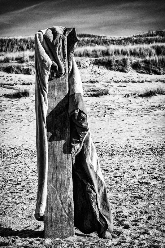 strand paal doek omarmen embrace oplage kunst Rianne Noordegraaf fotografie
